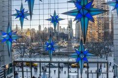 Columbus Circle från Tid Warner Center och julpynt Royaltyfri Bild
