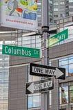Columbus Circle genomskärningsvägmärken royaltyfria bilder