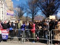 Columbus Circle Protest Crowd, março por nossas vidas, NYC, NY, EUA Imagem de Stock Royalty Free
