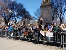 Columbus Circle Protest Crowd, março por nossas vidas, NYC, NY, EUA imagem de stock