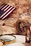 Columbus Day Concept Vieilles cartes avec l'équipement marin Photographie stock libre de droits