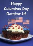 Columbus Day feliz para el mensaje del 14 de octubre y las magdalenas rojas, blancas y azules del chocolate Foto de archivo libre de regalías