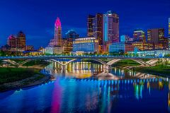 Columbus Ohio Lights Reflected i den Scioto floden på solnedgången Royaltyfri Bild