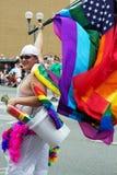 Columbus PRIDE ståtar försäljaren som säljer regnbågeflaggor Royaltyfri Bild