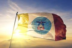 Columbus-Stadthauptstadt von Ohio des Flaggentextilstoffgewebes Vereinigter Staaten, das auf den Spitzensonnenaufgangnebelnebel w lizenzfreie stockbilder