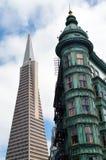 Columbus Tower - bâtiment de sentinelle - contre la pyramide de Transamerica photographie stock libre de droits