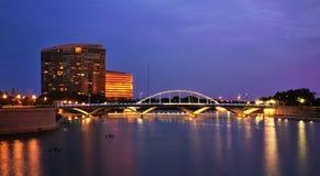 Columbus TownSt. överbryggar på natten Arkivfoto