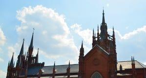 Column.Loneliness. 天空 有高spiers的伟大的大教堂 库存照片