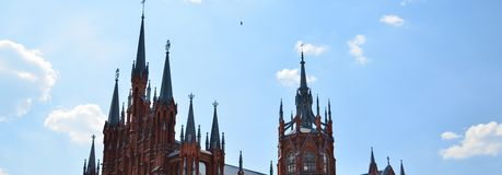 Column.Loneliness. 天空 有高spiers的伟大的大教堂 库存图片