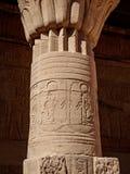 Columna adornada con los jeroglíficos antiguos en el templo de Philae en Asuán Egipto fotos de archivo