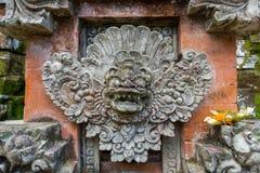 Columna adornada en jardín formal del Balinese imagenes de archivo