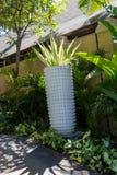 Columna adornada en jardín formal del Balinese imagen de archivo