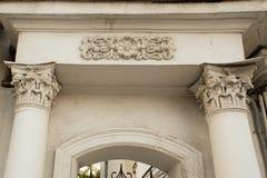 Columna antigua con el estuco y la puerta en Yaroslavl Fotos de archivo