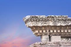 Columna antigua en el fondo del cielo del amanecer Fotografía de archivo libre de regalías