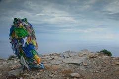 Columna con las cintas para Shamanic y ceremonias budistas en región de la isla de Olkhon, el lago Baikal, Irkutsk, Federación Ru fotografía de archivo