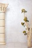 Columna con las flores Imágenes de archivo libres de regalías
