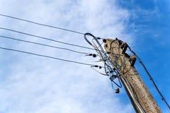 Columna concreta de la línea eléctrica Conexión eléctrica caótica Enredo de alambres Fotos de archivo