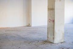 Columna concreta en interior inacabado bajo construcción Foto de archivo