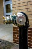 Columna de alimentación con el dispositivo siamés de la conexión para las mangueras de bomberos Imagenes de archivo