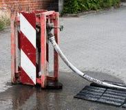 columna de alimentación en una conexión local del agua para suministrar un emplazamiento de la obra el agua dulce imagen de archivo libre de regalías