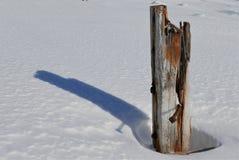 Columna de ayuda resistida del muelle completa con el grano de madera texturizado y los pernos oxidados fotos de archivo libres de regalías