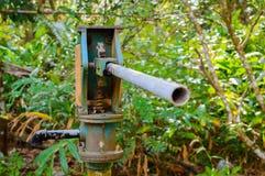 Columna de la bomba de presión de agua azul para el abastecimiento de agua del pozo Fotografía de archivo