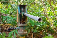 Columna de la bomba de presión de agua azul para el abastecimiento de agua del pozo Imagen de archivo libre de regalías