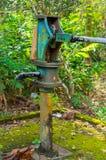 Columna de la bomba de presión de agua azul para el abastecimiento de agua del pozo Imagen de archivo