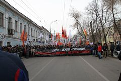Columna de la oposición con un cartel contra hurto en las Olimpiadas y en apoyo de presos políticos Foto de archivo libre de regalías