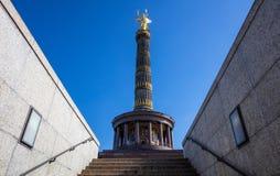 Columna de la victoria en Berlín, Alemania, cielo azul, ángulo bajo foto de archivo