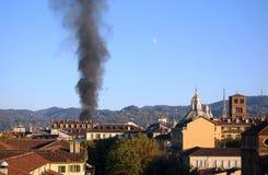 Columna de levantamiento del humo en Turín fotografía de archivo