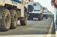 Columna de los camiones de la policía para arrestar a la gente que conduce a lo largo de la calle de Tverskaya Fotos de archivo