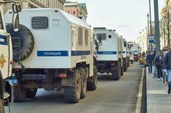 Columna de los camiones de la policía para arrestar a la gente que conduce a lo largo de la calle de Tverskaya Fotografía de archivo libre de regalías