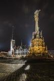 Columna de Olomouc de la trinidad santa y el townhall en la noche imagenes de archivo