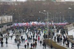 Columna de oposicionistas en la marcha de luto de la memoria de Boris Nemtsov Foto de archivo libre de regalías