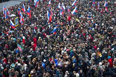 Columna de oposicionistas en la marcha de luto de la memoria de Boris Nemtsov Foto de archivo