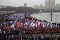 Columna de oposicionistas en la marcha de luto de la memoria de Boris Nemtsov Fotografía de archivo