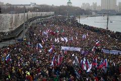 Columna de oposicionistas en la marcha de luto de la memoria de Boris Nemtsov Fotos de archivo libres de regalías
