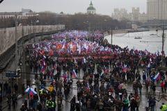 Columna de oposicionistas en la marcha de luto de la memoria de Boris Nemtsov Imagen de archivo libre de regalías