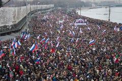 Columna de oposicionistas en la marcha de luto de la memoria de Boris Nemtsov Imagen de archivo