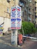 Columna de publicidad con las escrituras rusas y hebreas Imagenes de archivo