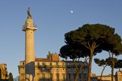 Columna de Trajan con un árbol y la luna Fotos de archivo libres de regalías