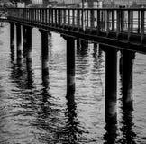 Columna del embarcadero fuera del agua con las sombras Imagen de archivo libre de regalías
