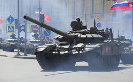 Columna del tanque en el desfile en honor del día de la victoria en St Petersburg Imagenes de archivo