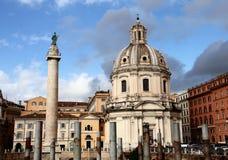 Columna e iglesia S. Maria di Loreto de Trajans Imágenes de archivo libres de regalías