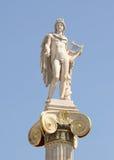 Columna iónica con una estatua de Apolo Fotografía de archivo