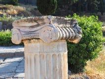 Columna iónica de mármol del griego clásico, Delphi, Grecia imagen de archivo