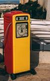 Columna retra roja y amarilla del relleno del combustible foto de archivo libre de regalías