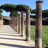 Columna romana a lo largo del pasillo de una casa en Pompeya, Italia Fotos de archivo
