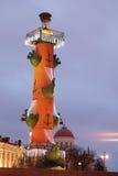 Columna rostral en St Petersburg durante celebraciones de la Navidad Foto de archivo